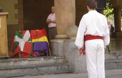en Euskal Herria no tienen tantos problemas con la tricolor antifascista y de los pueblos pero en acá en su dogmatismo algunos son más papistas que el papa